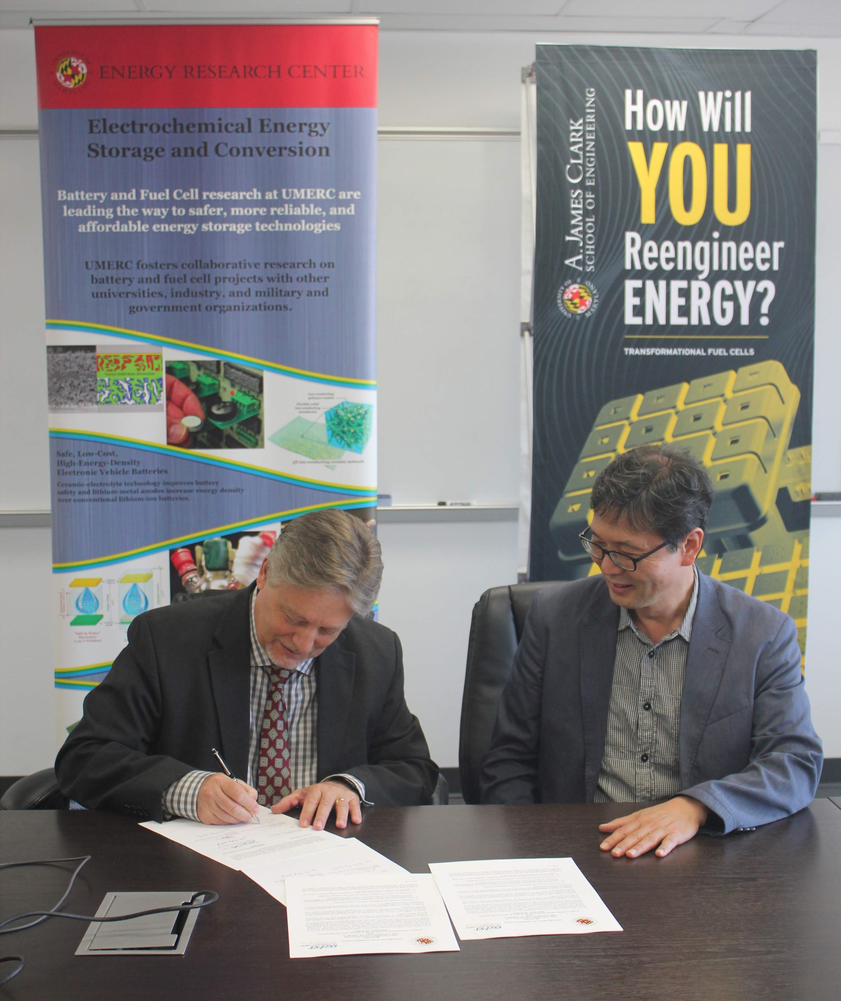 Dr. Eric Wachsman (MEI2) and Dr. Jong-Sung Yu sign MOU