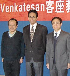Dr. T. Venky Venkatesan (center) at the Tsinghua ceremony
