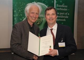 Profesor Gabriel (r) with Prof. Schwarz of the Humboldt Foundation.